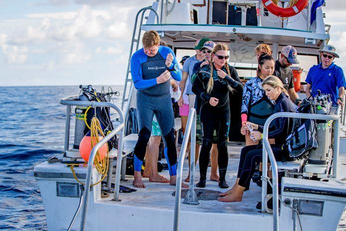 Koning Willem-Alexander en koningin Máxima doken onder begeleiding van professionele duikers.