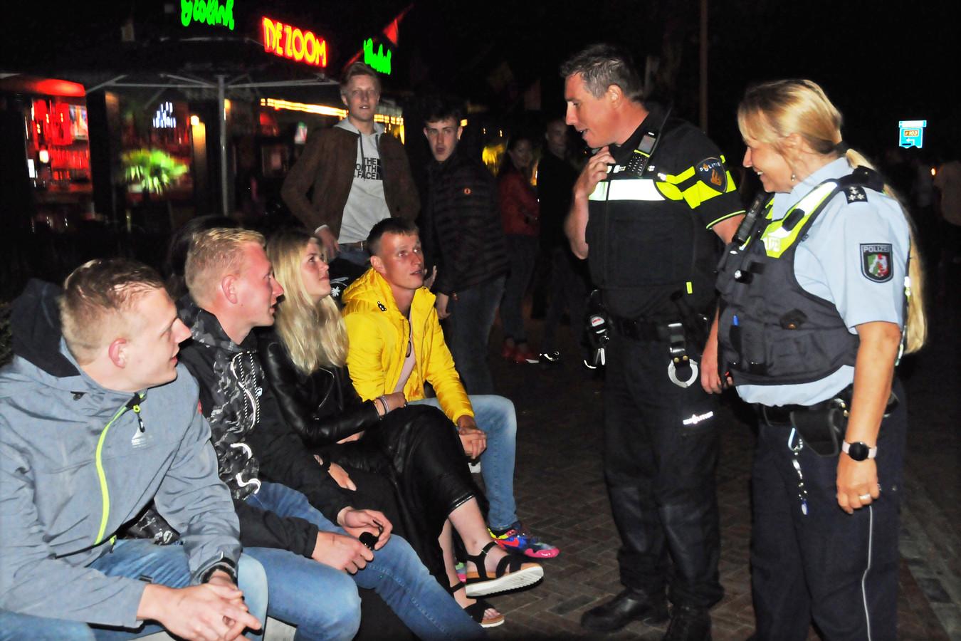 Politieagent Richard den Boer en zijn Duitse collega Claudia Jacobsen op patrouille door middernachtelijk Renesse