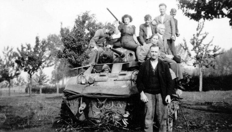 De bewoners van boerderij de Muggehof en enkele buren op een halftrack van het Amerikaanse leger. Tweede van links: boer Willem Smeets. Beeld 'De Bevrijding van Eijsden-Margraten in september 1944'