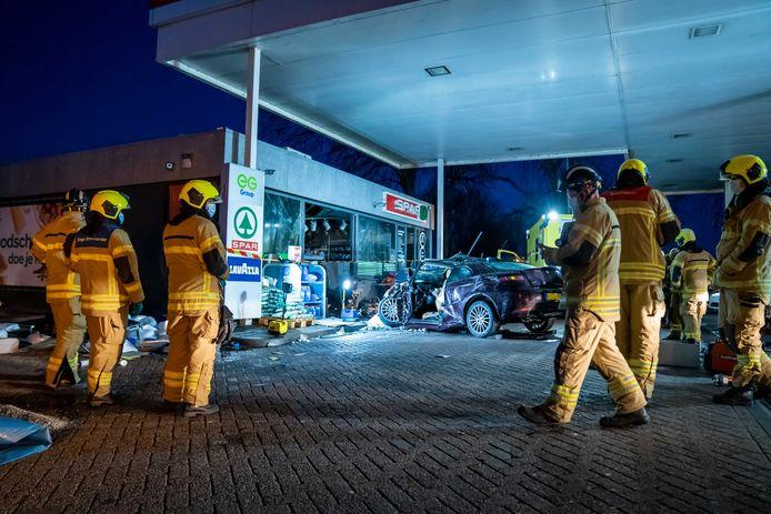 De politie doet onderzoek bij een tankstation op de A29, waar een automobilist de winkel bij de pomp zou zijn binnengereden.