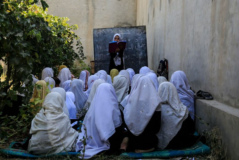 Een basisschool in de openlucht in Kaboel, Afghanistan. Beeld AP