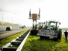 De boeren zijn weer los: hier staan ze met hun trekkers langs de snelwegen in Drenthe en Groningen