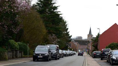 Te veel geparkeerde wagens veroorzaken wrevel in de Kerkstraat