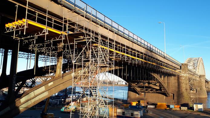 De Waalbrug in Nijmegen al in de steigers.