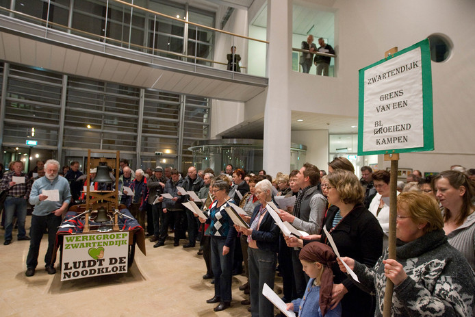 In de hal van het gemeentehuis in Kampen, voor aanvang raadsvergadering, klonk het protestlied van werkgroep Zwartendijk en medestanders - tegenstanders van de bypass.