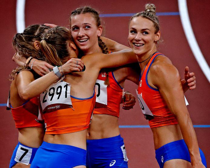 Lisanne en Laura Witte, Lieke Klaver en Femke Bol gaan uit hun dak na de plaatsing voor de finale.