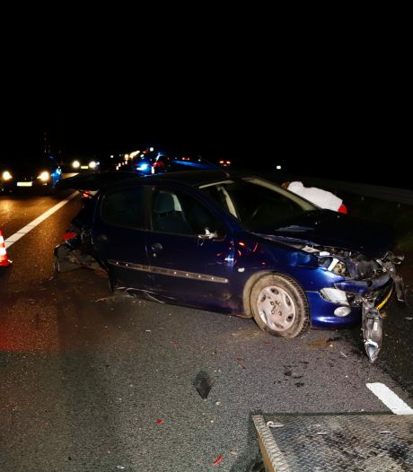 Auto's total loss na botsing op A73 bij Beers
