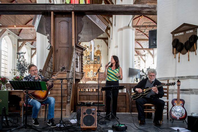Sunshine Cleaners traden zaterdag op in de Grote of Barbarakerk in Culemborg met muziek van hun nieuwe cd '7 Acts of Mercy'. De band bestaat uit Sjef Hermans, Jacqueline Heijmans en Geert de Heer (vlnr).