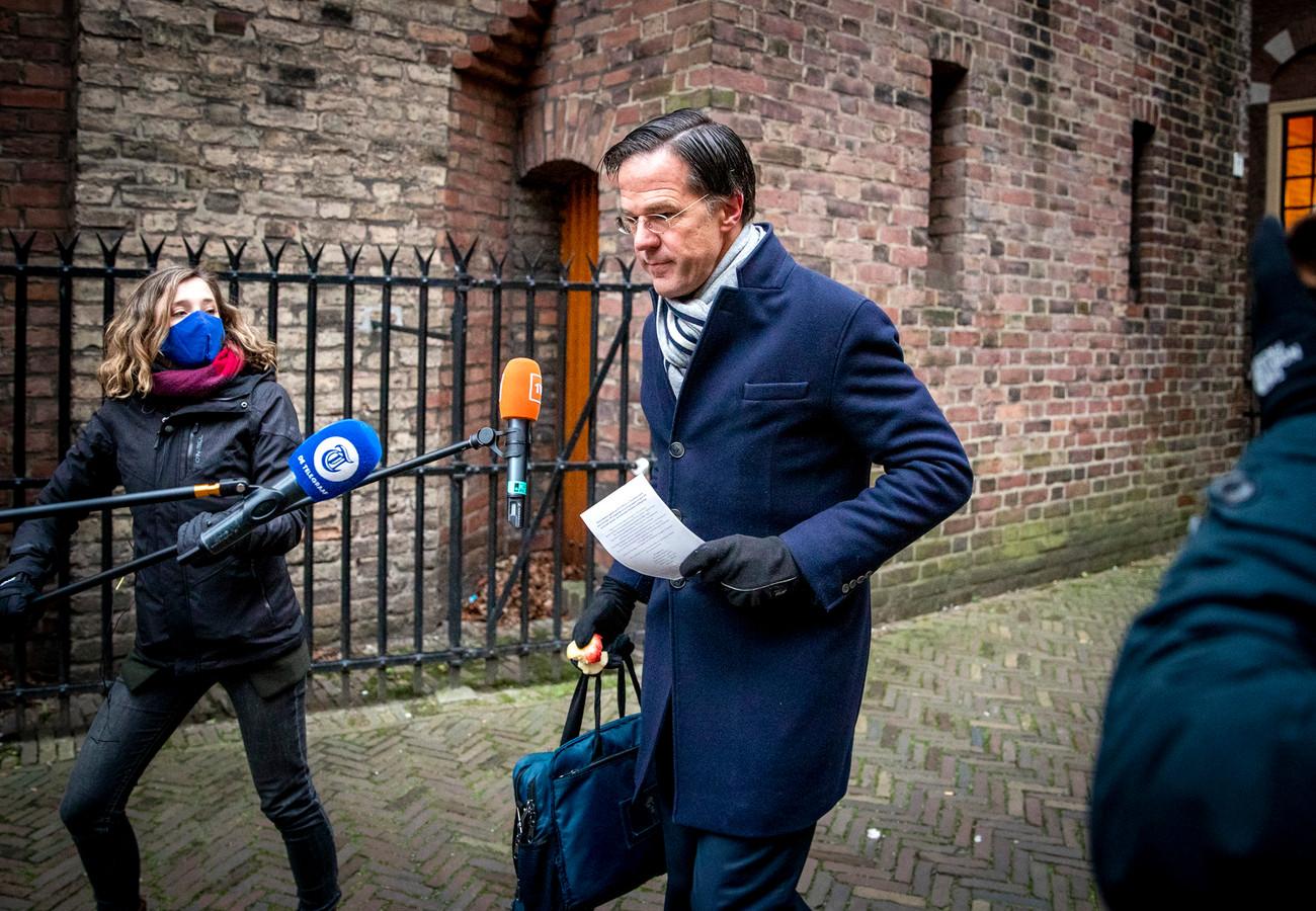 Le Premier ministre Mark Rutte pris d'assaut par les journalistes à son arrivée à La Haye, le 15 janvier 2021.