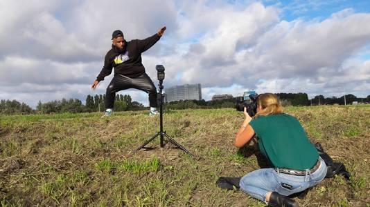 Willie Wartaal wordt gefotografeerd voor een interview met AD Haagsche Courant