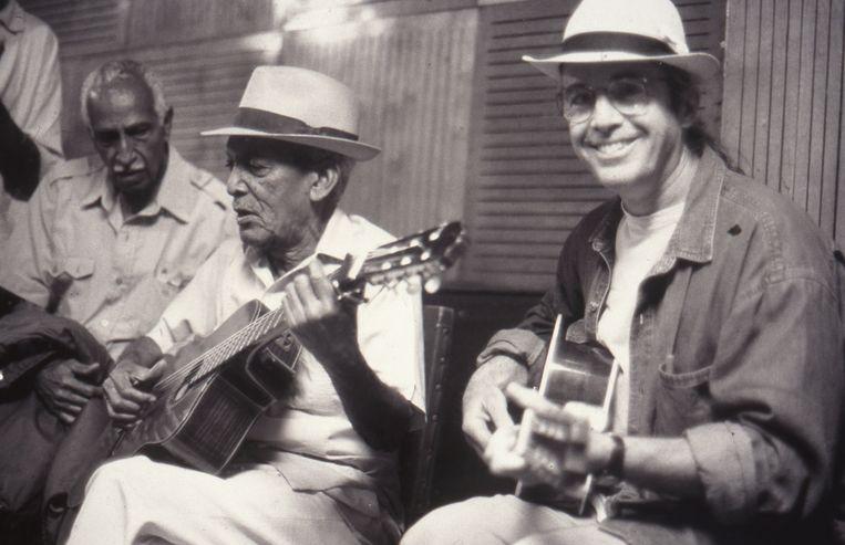 Ry Cooder: 'Die Cubaanse muziek is behoorlijk moeilijk als je er niet mee bent opgegroeid. Ik wilde dolgraag alles meespelen, maar ik heb mezelf vaak op non-actief gezet om de opname niet te verknoeien.' Beeld RV