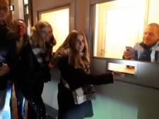 Coronabandje voor Almelose horeca blijkt schot in de roos: uitgaanspubliek op straat in de rij