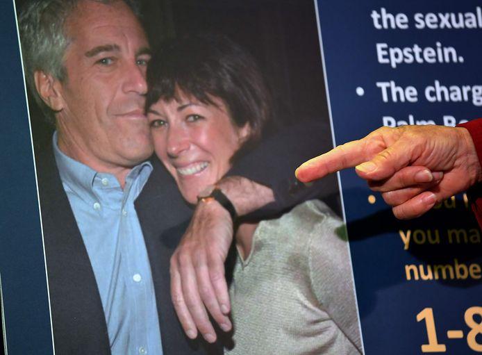 Een foto van Ghislaine Maxwell met Jeffrey Epstein.