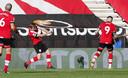 Southampton-middenvelder James Ward-Prowse (C) viert zijn treffer tegen Everton.