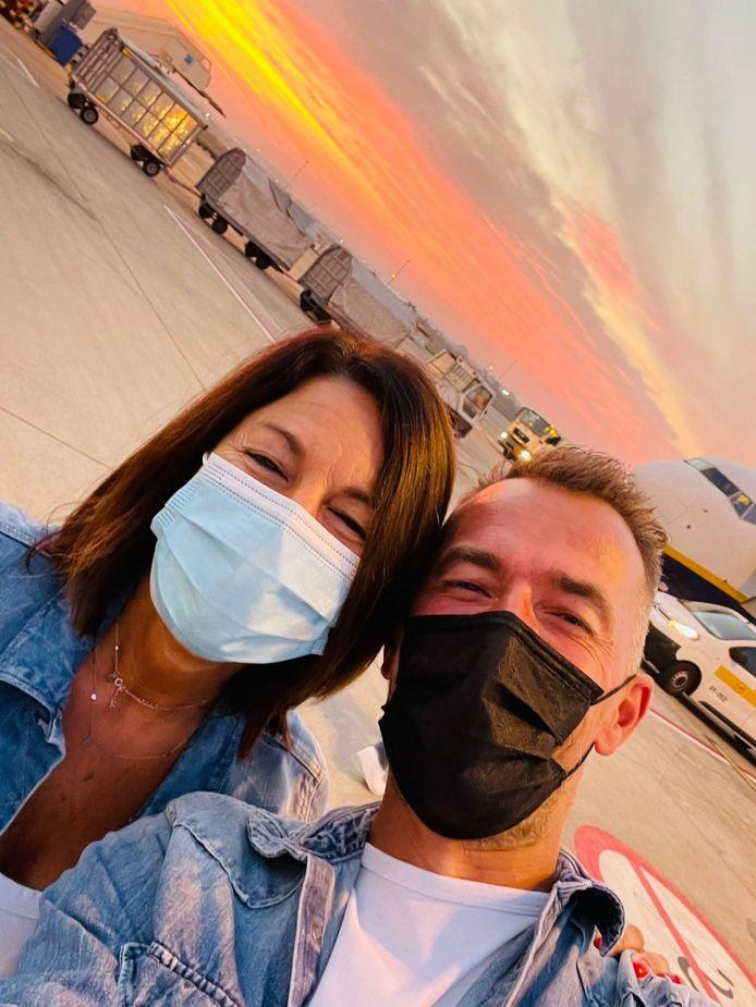 Bart en zijn vrouw Christine bij hun vertrek op de luchthaven van Charleroi. Toen leek alles nog geweldig.