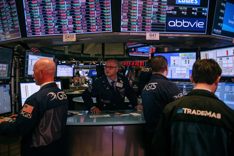 Handelaren op de beurs in New York. Als gevolg van de onrust over de economische gevolgen van het coronavirus daalden de koersen voor de vierde dag op rij. Beeld AFP