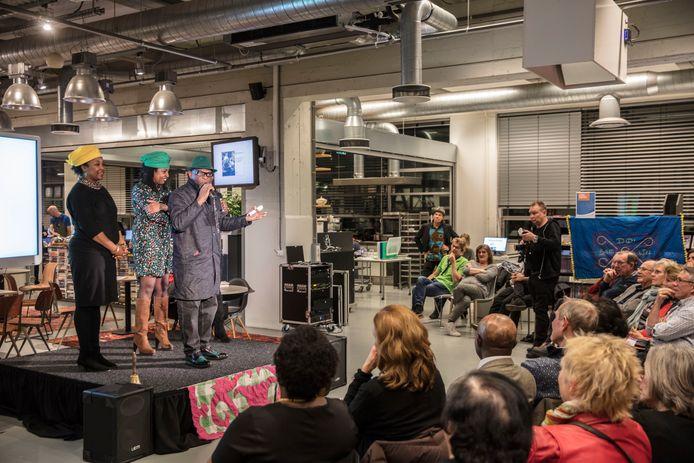 Het optreden van de Surinaams-Nederlandse feestband Trafassi tijdens Books on Tour in de bibliotheek Eindhoven.