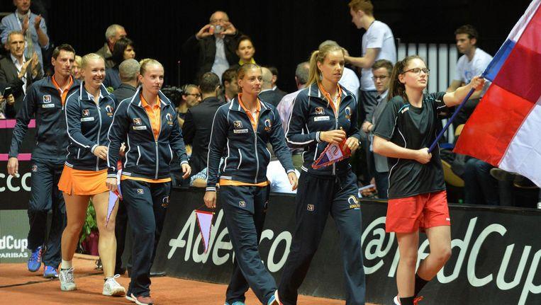 Vlnr. Paul Haarhuis, Kiki Bertens, Richel Hogenkamp, Cindy Burger, Arantxa Rus tijdens de Fed Cup in 2016 Beeld anp