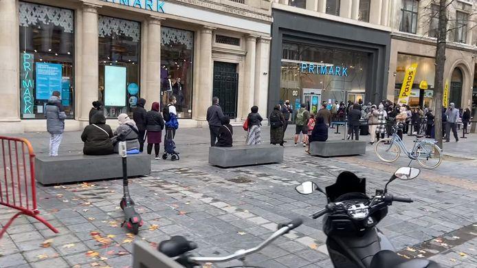 Voor de opening van kledingzaak Primark op de Meir,   werd een ellenlange rij gespot.