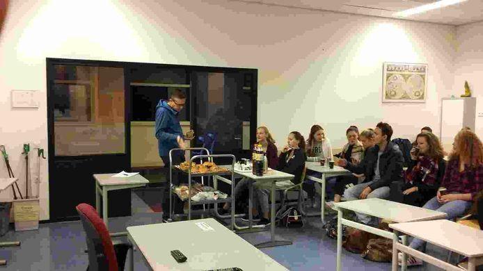 De leerlingen in het lokaal. Links docent Niels Hoendervanger.