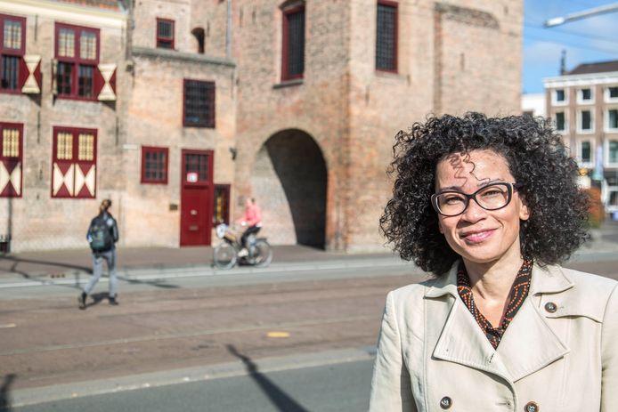 Valika Smeulders bij de Gevangenpoort, waar zondag ook een tussenstop wordt gemaakt.