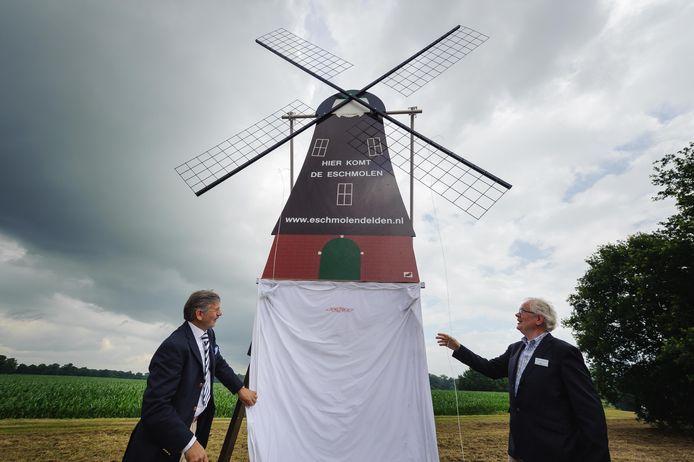 Op de plek waar op termijn de Eschmolen moet verrijzen onthullen Henk Maas links en Derk Rouwhorst een informatiebord.