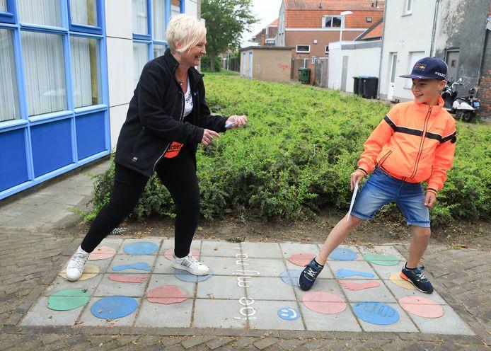 Sabine Kamerling (links), een van de initiatiefnemers van het project Spelen in de Binnenstad, speelt het spelletje Doe Mij Na met Luca Westerterp bij buurtcentrum de Triangel in de Terneuzense binnenstad.