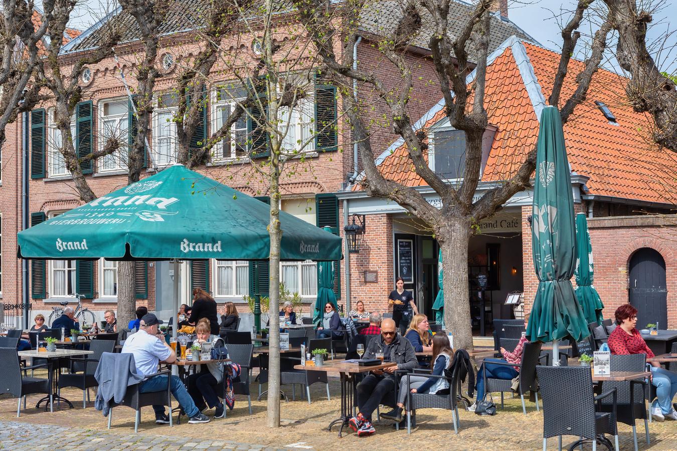 Het terras van 't Bergsch Backhuys in Geertruidenberg.