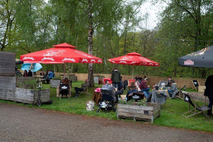 Op het terras van zomerbar Kaffée Allée zat toch aardig wat volk zaterdagnamiddag