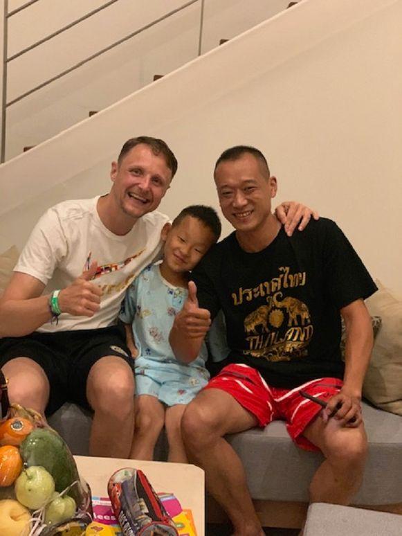 Bernard Tax met een dolgelukkige JunJun en diens vader