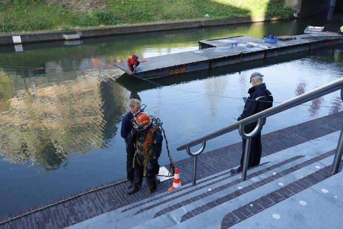 Duikers werden dinsdagmorgen ingezet bij onderhoudswerkzaamheden aan de Vredenburgkade.