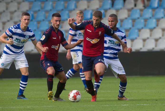 De  Graafschap-middenvelder Gregor Breinburg (rechts) in actie tijdens de laatste oefenwedstrijd tegen Osasuna, die met 1-2 verloren ging.