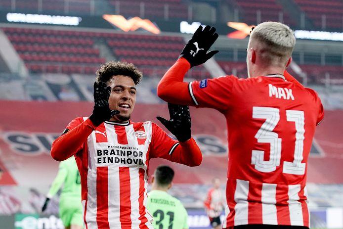 Donyell Malen en Philipp Max vieren de 1-0.