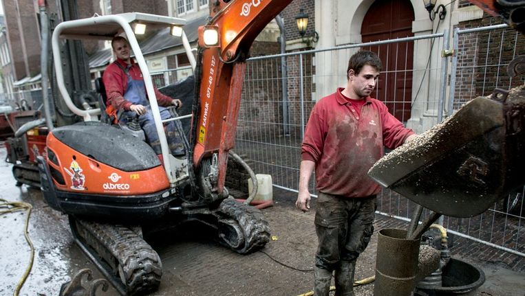 Bouwvakkers bezig met de aanleg van gaten van 150 meter diep voor de aanleg van een aardewarmte systeem voor de Westerkerk. Beeld Rink Hof