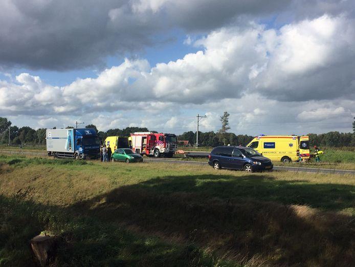 Bij een ernstig ongeval op de A35 bij Nijverdal zijn zeker twee mensen gewond geraakt.