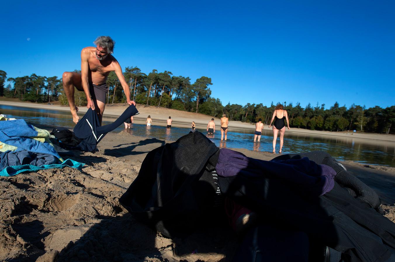 Onder een strakblauwe lucht sprongen zondag de winterzwemmers in het Henschotermeer.