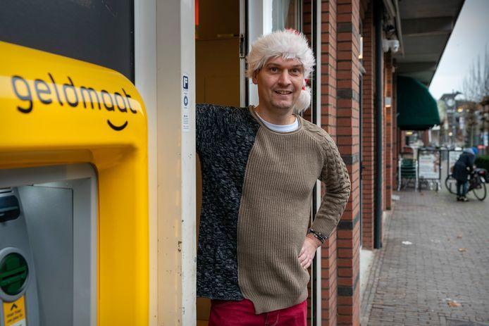 Dennis Smith met kerstmuts bij de ingang van tabakszaak Passarelle die voorgoed is gesloten.