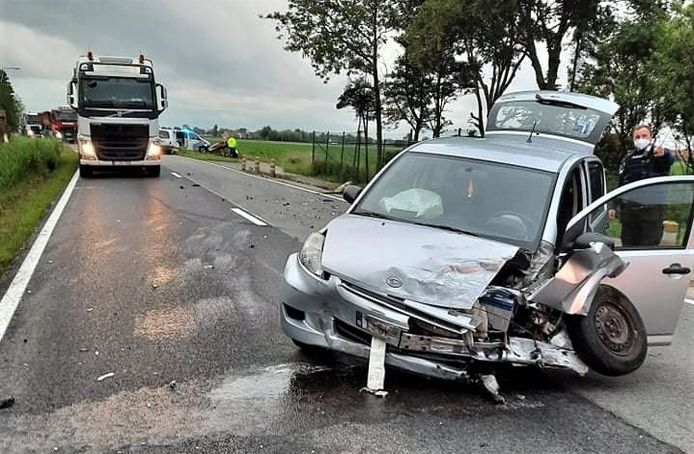 Door het ongeval in de Spermaliestraat zijn de twee voertuigen total loss. De baan was een uur lang afgesloten.