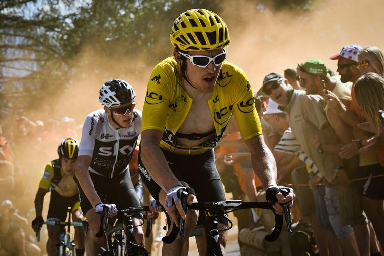 Geraint Thomas voert de favorietengroep aan op L'Alpe d'Huez, in de Tour van 2018. Ploegmaat Chris Froome zit in zijn wiel. Beeld BELGA