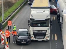 Lange file op R4 na lichte botsing tussen vrachtwagen en personenvoertuig