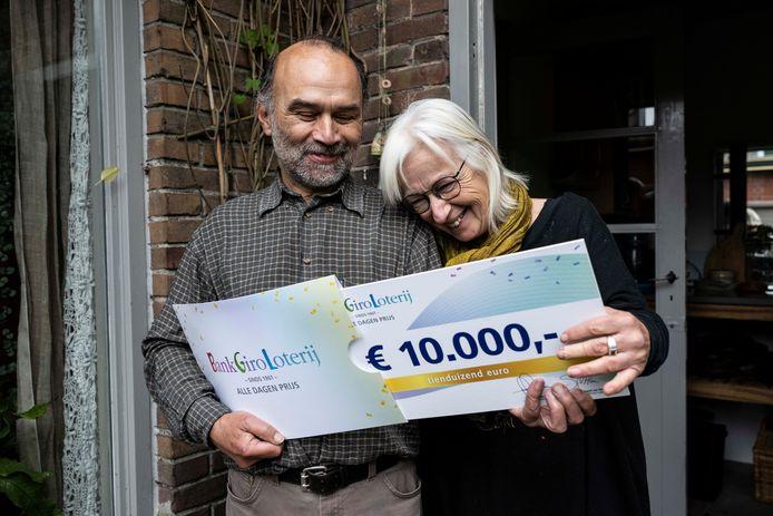 Hans en Carla zijn blij met hun prijs.