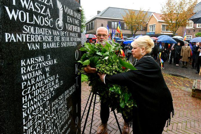 De burgemeesters van Baarle-Hertog en -Nassau leggen als eerste een krans bij de herdenking van gevallen Poolse Strijders.