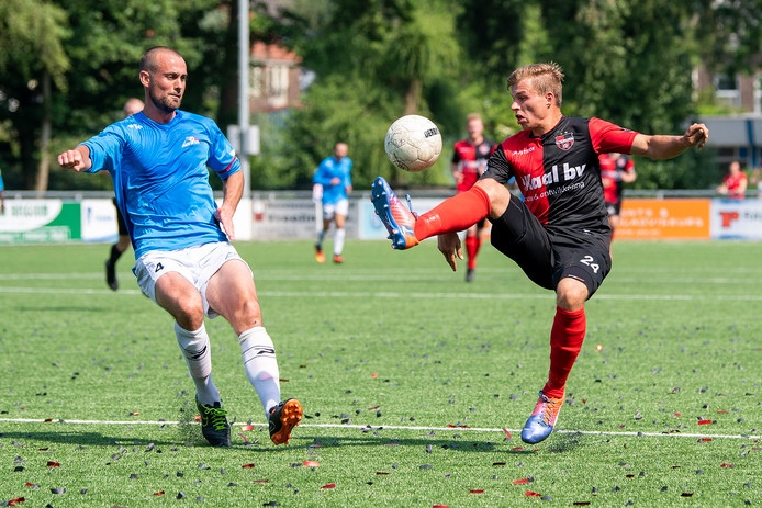 Niek Versteegen (rechts) controleert voor De Treffers, afgelopen seizoen in de uitwedstrijd tegen De Dijk. Links Robert Verschragen.