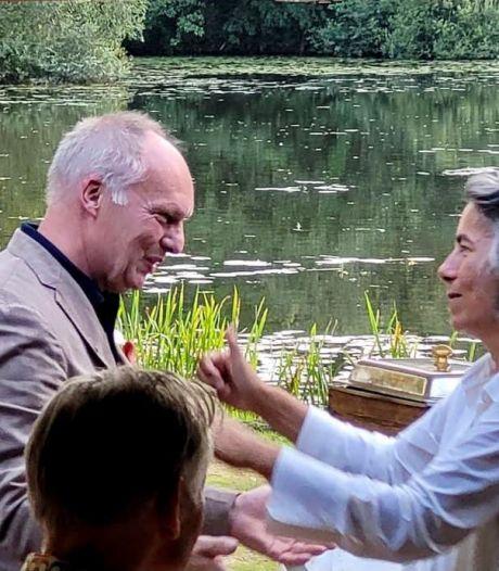 Boekhandel-directeur Kees Schafrat in Hengelo verrast met onderscheiding Gouden Speld