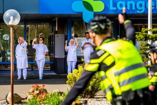 Brandweer, politie en handhaving bedanken het zorgpersoneel van het LangeLand Ziekenhuis in Zoetermeer voor hun inzet.