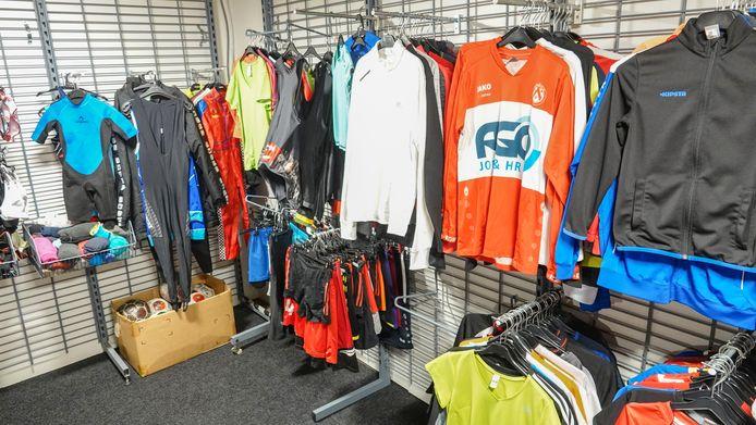 Bij Sportrijk kan je sportkledij lenen.