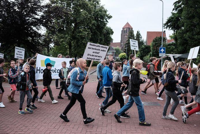 In juli hielden leerlingen van de Hogenkamp een protestmars naar het stadhuis. Archieffoto: Jan van den Brink