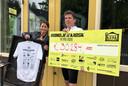 Dany en Frans met de cheque van 30.284 euro voor De Kiosk van de mountainbikers.