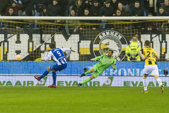 Sam Lammers (9) van Heerenveen schiet de strafschop binnen. Doelman Eduardo gaat de verkeerde hoek in.