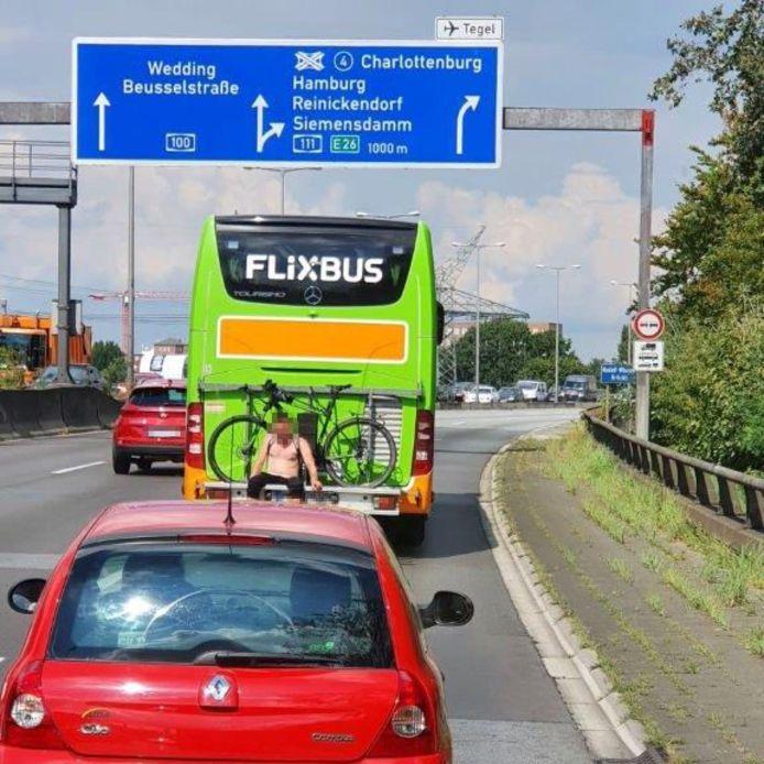 De man dreigde meermalen van het fietsenrek te vallen en op de snelweg terecht te komen.